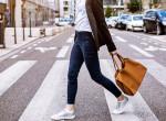 Vége a megszokott formáknak: Ez az extrém táska most a nők kedvence
