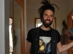 Koponya az asztalon, bogarak a hűtőben: Varga Viktor megmutatta otthonát - Videó
