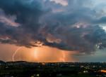 Hátborzongató villámcsapást rögzített egy kamera Budapesten - Videó