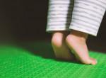 Állandóan lábujjhegyen sétál a gyerek? Azonnal forduljatok orvoshoz