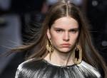 Már nem divat a volumenes frizura, lenyalt haj az új trend a fiataloknál
