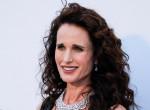 A hollywoodi színésznő bevállalta: őszesen csillogó hajkoronával jelent meg Cannes-ban