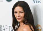 51 évesen falatnyi bikinire vetkőzött Catherine Zeta-Jones, leesett a rajongók álla