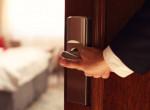 Ezért ne nyisd ki a hotelszobád ajtaját éjszaka, ha furcsa zajokat hallasz