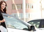 Épp szállt volna be a nő a kocsijába: halálra rémült a lénytől, ami a vezetőülésen ült - Videó