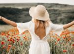 Gyönyörű ruhák, színek, virágmezők - mindenki hódol a nyár fotó trendjének