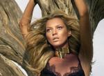 Kate Moss közel az 50-hez dobta le a textilt - különleges képek