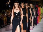 Fenséges kollekcióval búcsúztatta a nyarat a Versace - sztárdömping a kifutón