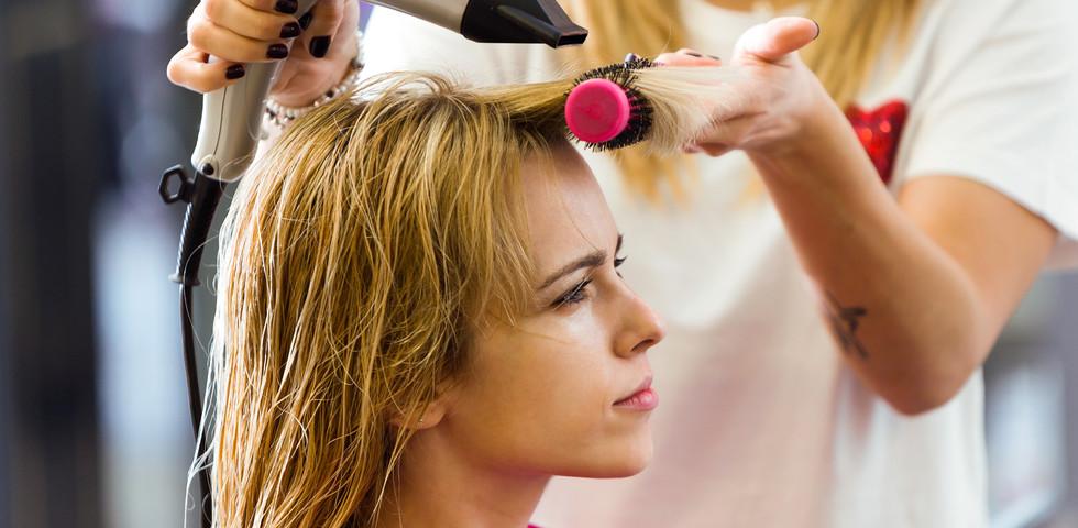 Elment a nő fodrászhoz hajat festetni - Ezért van most életben