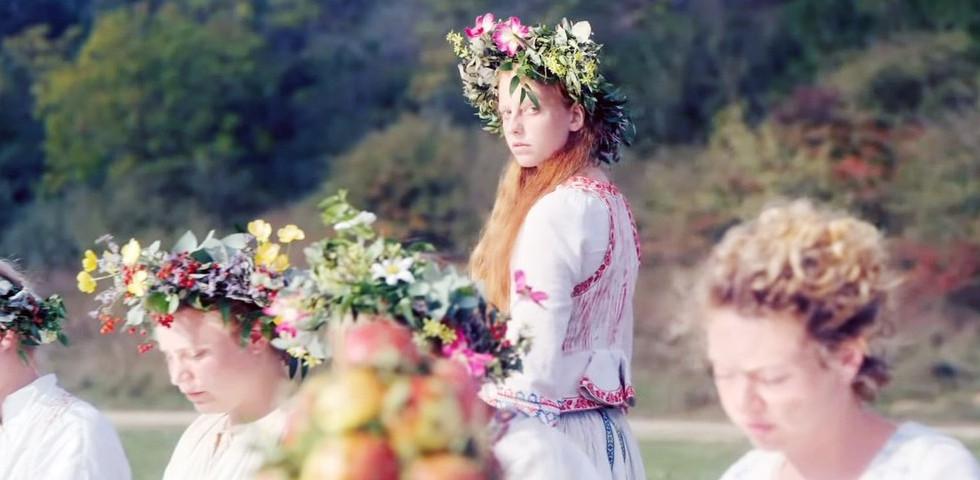 Elképesztő összegért kelt el a magyar tervező által készített ruha Midsommar című filmből - Ariana Grande is licitált
